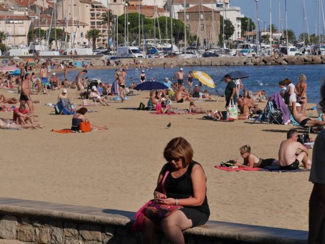 Eija päivittää Facea Sainte Maximen päärannan edustalla,