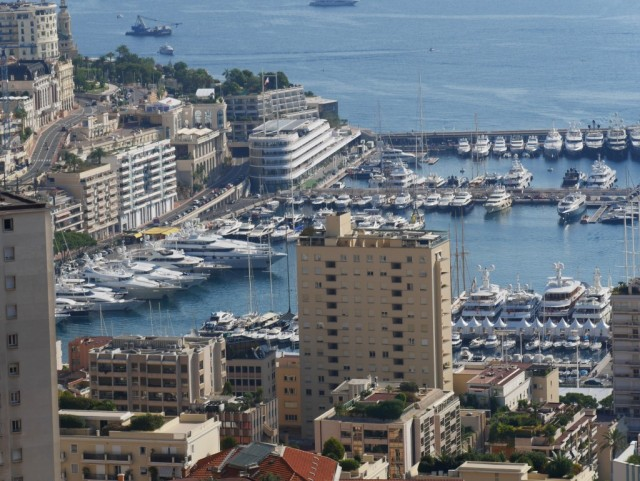 Monte Carlo ja osa sataman paatteja.
