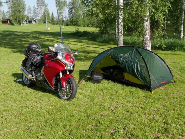 Ei ollut telttailualueella ruuhkaa. Märkä Hilleberg Rogen testissä. Hyvin piti yön sateen ulkopuolella.