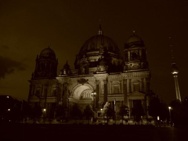 Berliner Dome eli Berliinin tuomikirkko vähän dramaattisemmassa iltavalossa.