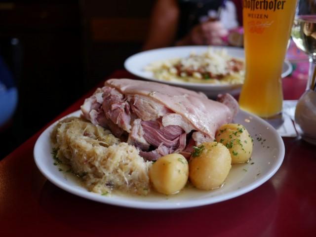 Saksalaista perusruokaa; Eisbein, sauerkraut und kartoffel.