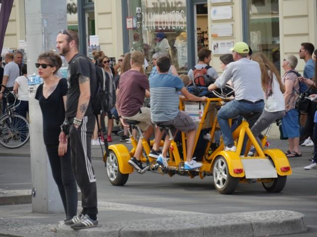 Tämän polkupyörän polkemiseen tarvitaan seitsemän ihmistä.