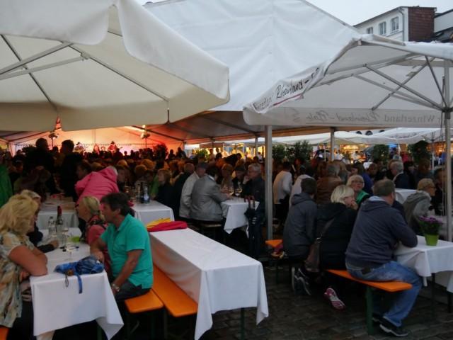 Viinijuhlilla oli teltta täynnä porukkaa vaikka oli vasta torstai-ilta ja satoi.