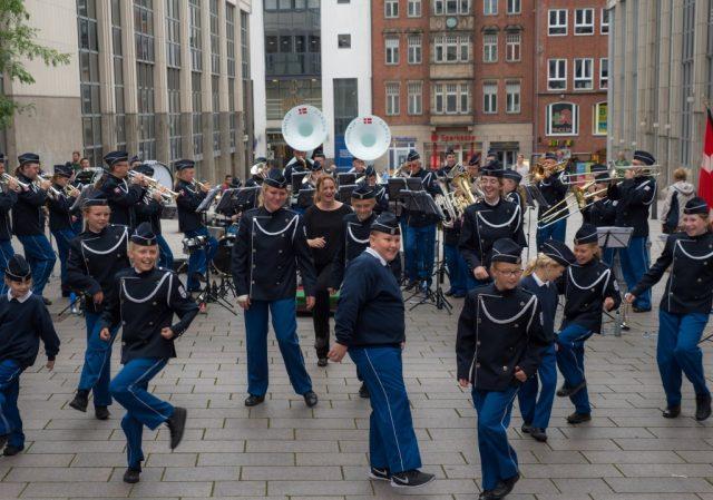 Lübeckissä oli joku intoa täynnä oleva soittokunta esiintymässä.