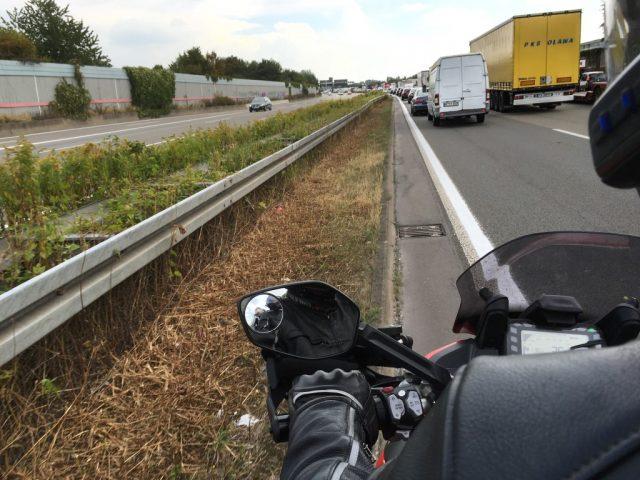 Saksassa liikenneruuhkat ovat totaalisia. Auttaa vähän jos on kapea moottoripyörä.