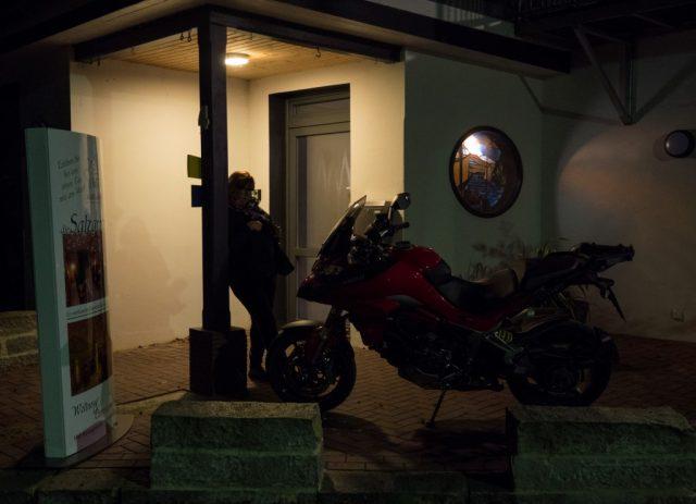 Ducati oli tyytyväisenä parkissa hotellin edessä.