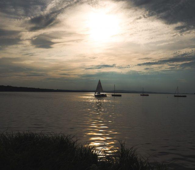 Steinhude'n 8 km pitkällä järvellä oli satoja purjeveneitä.